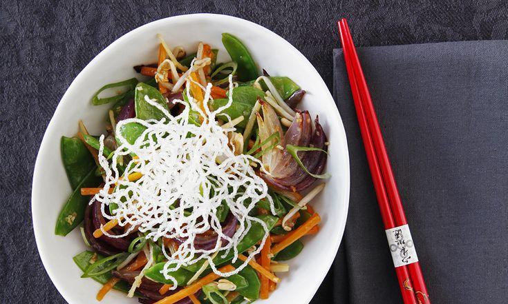 Week 2 - Dag 5 - Libelle Lijnt Lekker - Kip met knapperige groenten uit de wok is niet alleen snel klaar en calorie-arm,met kort wokken behouden groenten ook nog eens hun vitaminen. Ontbijt: Schaaltje magere kwark/yoghurt met homemade muesli Tussendoor:2 kiwi's Lunch:crackers (vezelrijk…