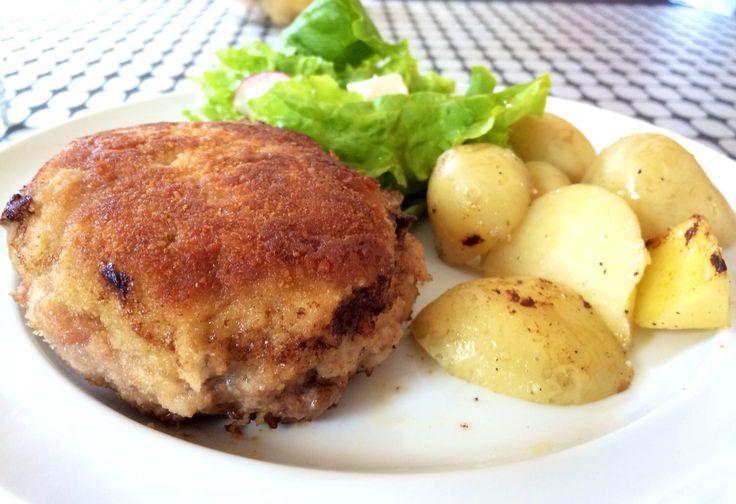 Sprøde karbonader af økologisk dansk gris med nye danske kartofler og salat