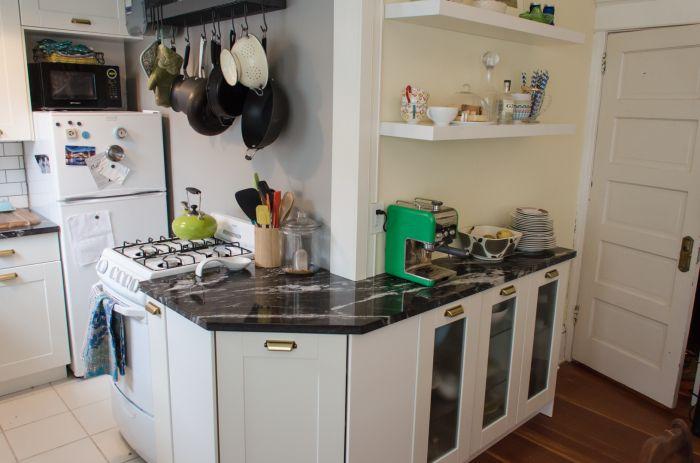 Угловая мебель в интерьере маленькой кухни.