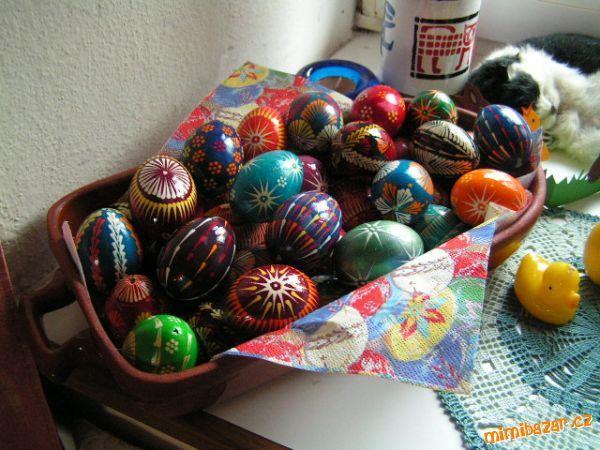 Malování vajíček voskem Velikonoce se blíží