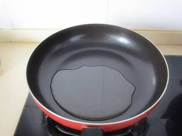 通的鐵鍋,需要煎東西時,先把鍋放在火上加熱,倒少量油,油熱後倒出,再倒入冷油,就變成不粘鍋了,煎魚、水煎包都不粘。