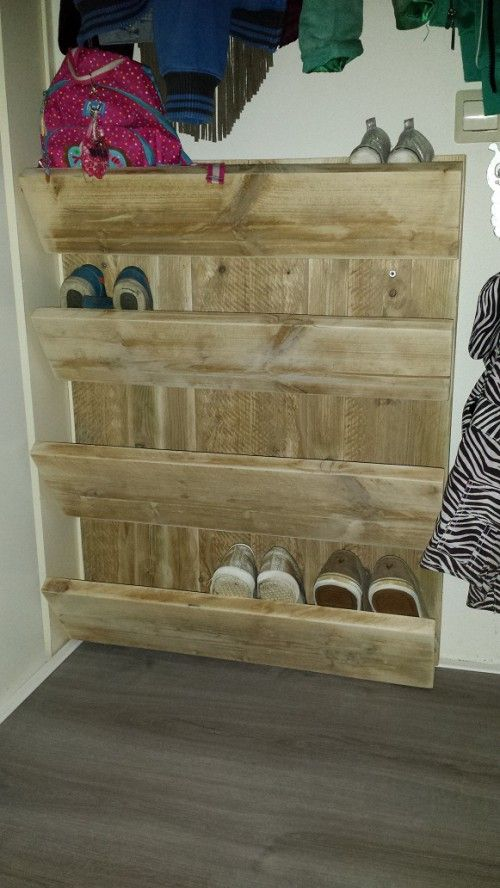 Schoenenkast / wand gemaakt van gebruikt steigerhout. Simpel model en niet al te diep zodat het weinig ruimte in beslag neemt. Bovenste 2 planken zijn voor kinderschoenen, onderste 2 voor de volwassen.