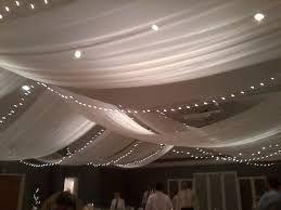 Tule langs het plafond met lichtjes er achter
