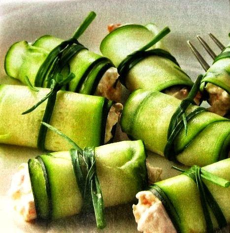 Hozzávalók (4 személyre):- 1 nagyobb méretű cukkini- 1 db kápia paprika- 1 konzerv tonhal (olíva olajban)- 125 g natúr krémsajt (szükség esetén laktózmentes)- 2 evőkanál light majonéz- 1 pici fél fej vöröshagyma- friss póréhagyma,só, bors Elkészítés: A cukkinit megmossuk…