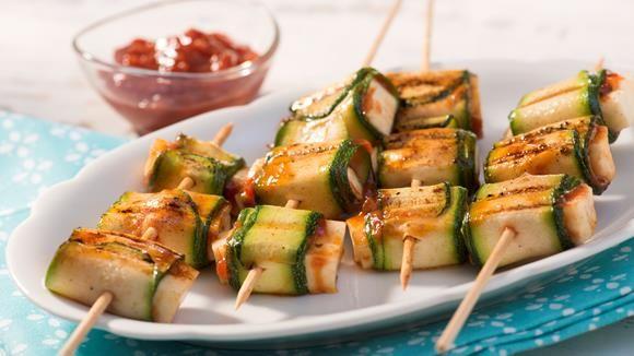 Dass Grill-Spieße durchaus auch vegetarisch sein können, beweist dieses Rezept. Unsere Zucchini-Halloumi-Röllchen sind eine wunderbare Alternative zu klassischen Fleisch-Spießen.