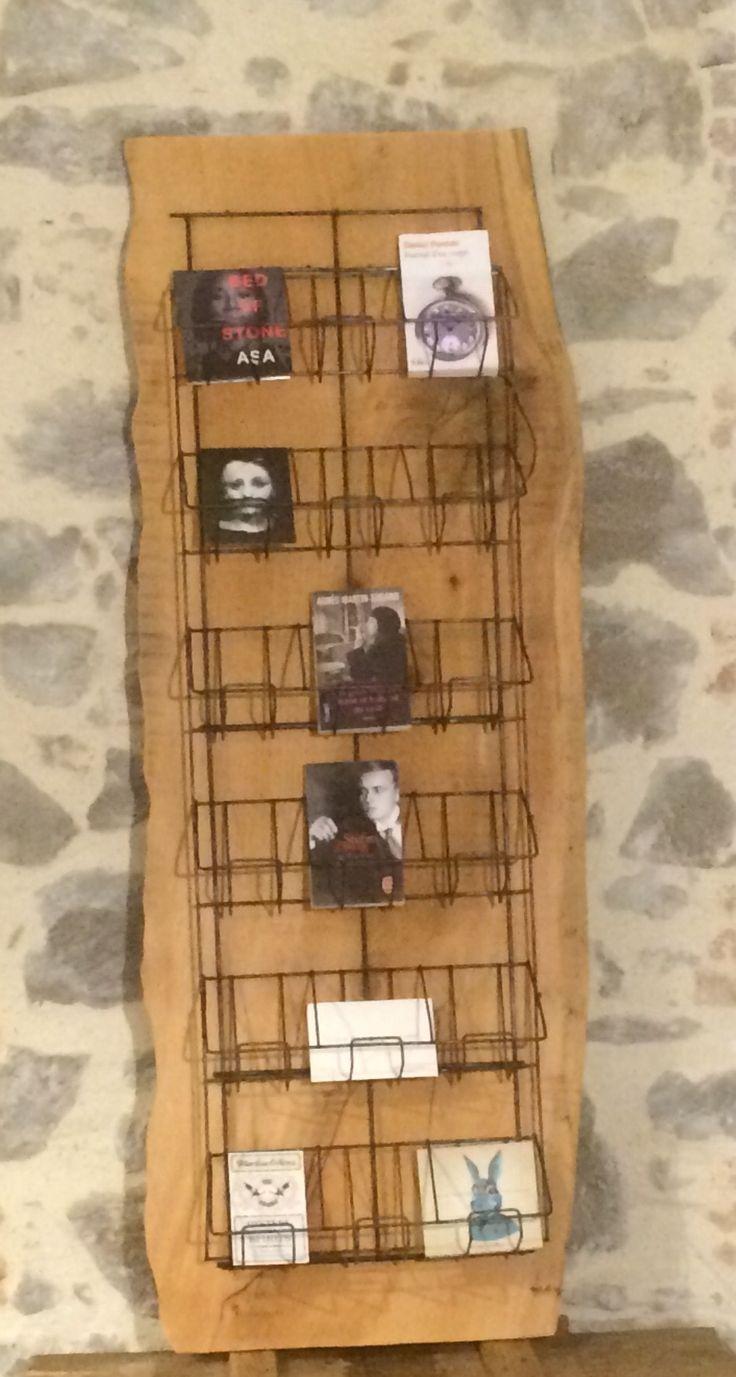 Porte carte postale (pièce Unique) les parties métalliques ont été décapées , graphitées et posées sur une magnique pièce de bois (Cèdre).A poser ou à fixer au mur . Dimensions .Hauteur 146,2cm                      Largeur  57cm au plus large                       Profondeur 18cm