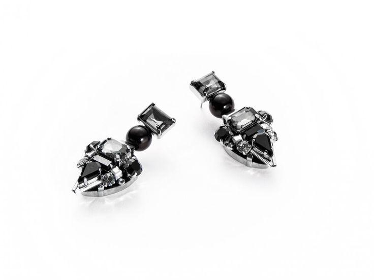 Orecchini da donna Cesare Paciotti in argento con vetri neri dal taglio irregolare. Stile dark e trasgressivo!  Acquistali subito su ScintilleShop.com!  #orecchini #dark #paciotti #nero #donna #halloween