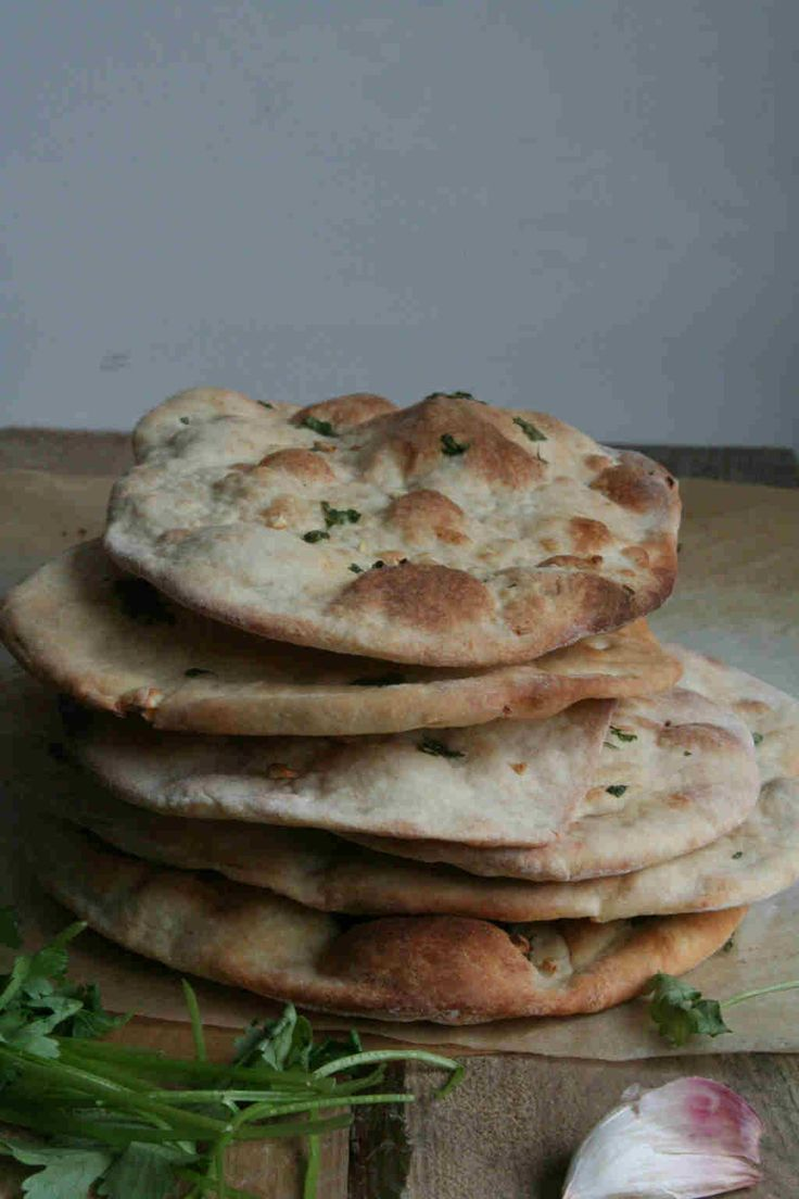Naanbrood zelf maken is makkelijker dan je denkt. Lekker met knoflook en koriander.