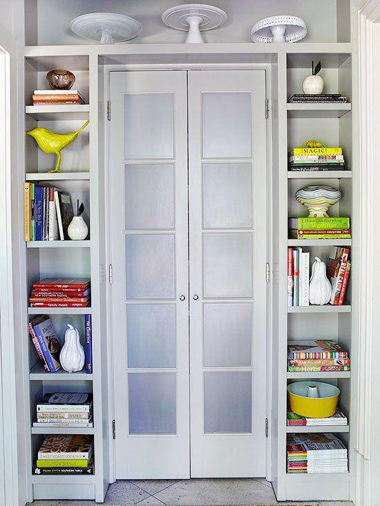 zusätzlichen stauraum schaffen schmale, vertikale Regale um die Tür herum
