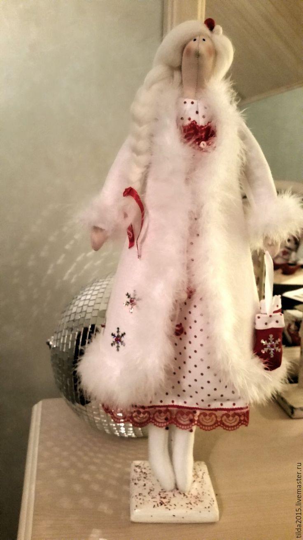 Купить или заказать Снегурочка тильда в интернет-магазине на Ярмарке Мастеров. Еще одна снегурочка тильда появилась под самый Новый год! На ней красивая шубка из натурального фетра, сапожки из флисовой ткани . Под шубкой милое платьице в горошек. Когда закончатся праздники и пройдут морозы теплую шубку можно снять и снегурочка превратится в обыкновенную…