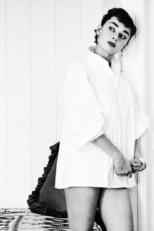 8887 best audrey h images on pinterest actresses audrey hepburn and classic hollywood. Black Bedroom Furniture Sets. Home Design Ideas