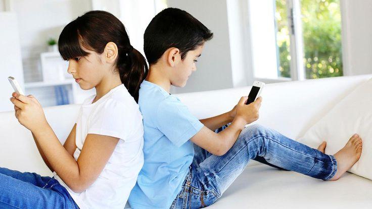 Advierten que el uso intenso de celulares ya causa trastornos en chicos y adolescentes: En nuestro país, siete de cada diez niños de entre…