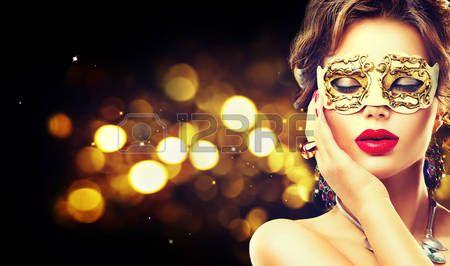 acconciature: Modello di bellezza donna che porta mascherina veneziana di travestimento di carnevale in festa
