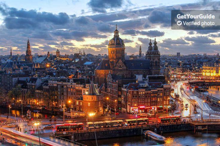 Explora al Barrio Rojo de Ámsterdam cuando comienza a llenarse de vida. Un guía local te mostrará lugares secretos y la zona De Wallen. Visita los coffee shops y conoce a los trabajadores locales.