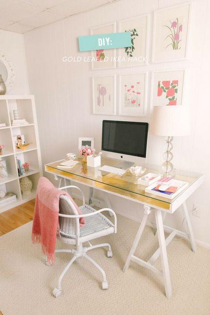 dicas p/ enfeitar a casa # 01 Toque de glamour no home-office: a simples mesa ganha destaque com aplicação de papel adesivo na cor ouro.