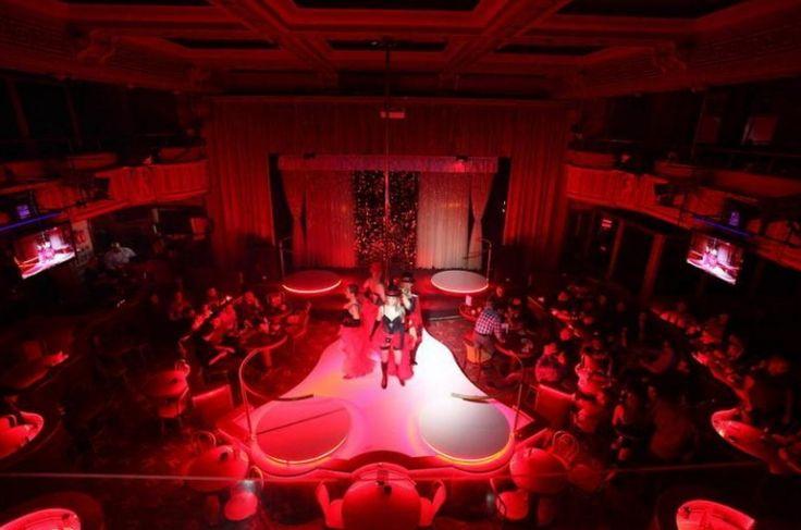 Mit persönlichem Guide ins Nachtleben Geführte Gold Fingers VIP Strip Club & Cabaret Tour Prag ist berühmt für das einzigartige Nachtleben und die wunderschönen Frauen. Was damit jetzt gemeint ist? Lassen Sie sich von einem Guide in einen der besten VIP Strip & Cabaret Club Prags führen – den Goldfingers VIP Strip Club!