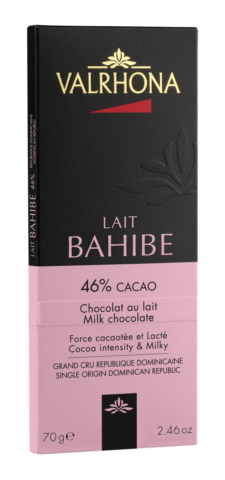 BAHIBE 46% Bahibe, avec sa forte teneur en cacao, invite à l'équilibre entre la douceur du lait et des notes cacaotées intenses, le tout teinté de fruits secs et relevé d'une acidité fruitée et d'une légère amertume. Pur République Dominicaine. BAHIBE 46% Bahibe, with its high cocoa content, offers a balance between the sweetness of milk and the intensity of cocoa notes, with an overall hint of nuts enhanced by a fruity acidity and a slightly bitter flavor. Pure Dominican Republic.