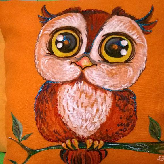 Gufo con occhioni dipinto a mano su federa cuscino di Silviartshop