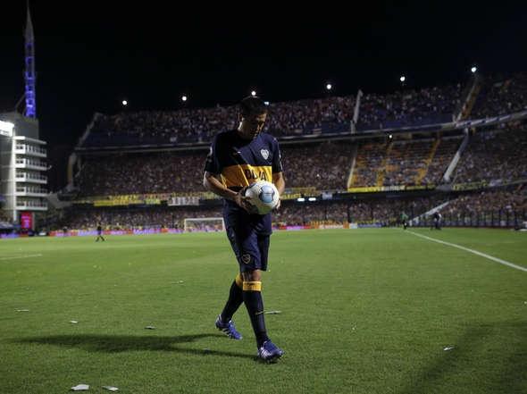 Riquelme, la pelota y la Bombonera.
