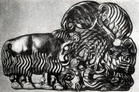 345 6. Орел, когтящий барана. Золотой рельеф из Сибири. 1 в, до н. э. — 1 в. н. э. Ленинград. Эрмитаж.