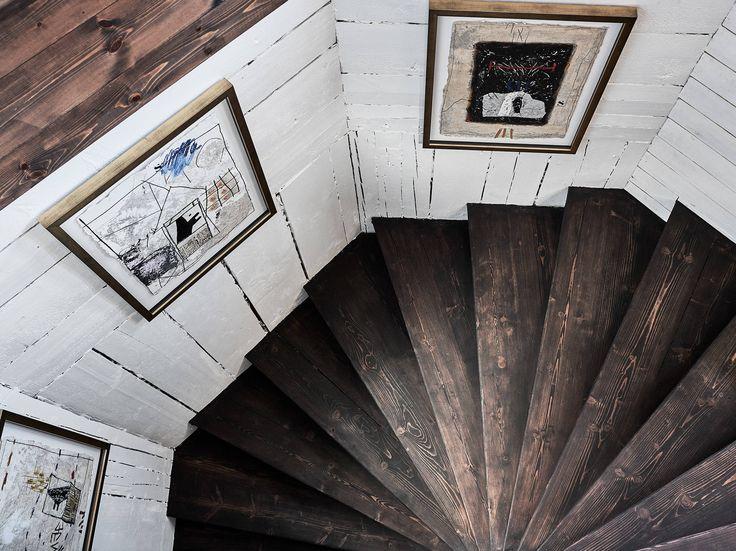 I ett landshövdingehus i hjärtat av Bagaregården finner vi denna stora och unika lägenhet med spännande planlösning i två etage. Lägenheten, som är i allra bästa skick, bjuder in till umgänge och på det övre planet är vardagsrummet och köket i enhet i en öppen planlösning med gott om plats för soffgrupp och matsalsbord. På … Continued