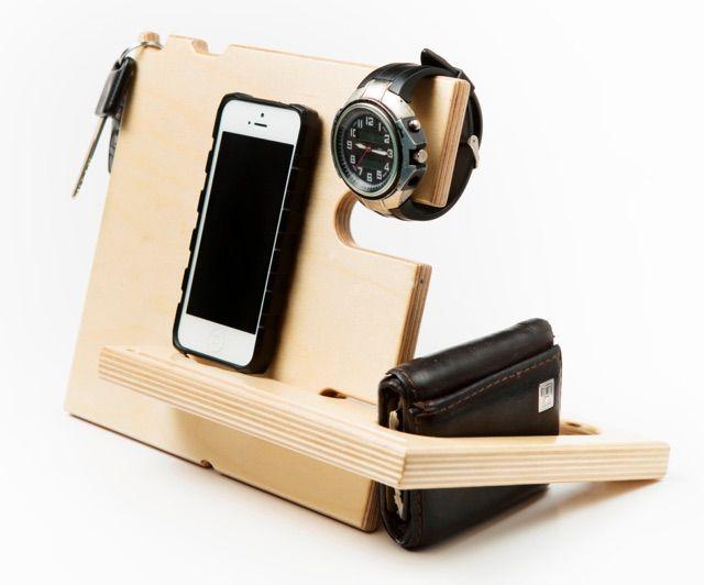 Sencillo y práctico, no sólo mantiene su teléfono, sino también su reloj, cartera, llaves, gafas y artículos de todo todos los días pequeños. Hecho de dos piezas de madera que se entrelazan entre sí como un rompecabezas, la estación de acoplamiento es fácil de montar y desmontar para cuando usted necesite salir de su casa.