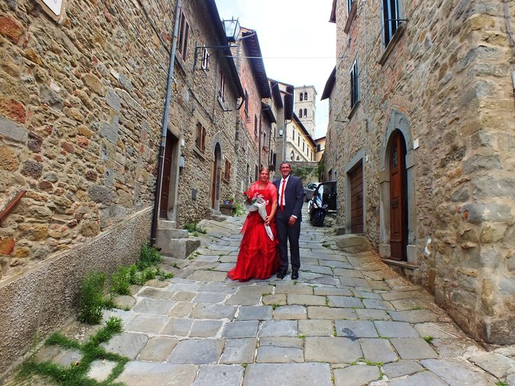 Cortona, wedding couple along via del Gesù heading to via Jannelli