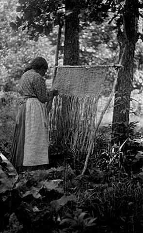 Ojibwa woman weaving a bull rush mat – 1910 similar to Maori weaving