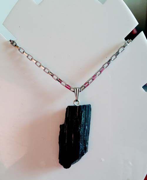 Pendentif Tourmaline noire brut montée sur bélière acier ainsi que sa chaîne : Artisanat d'art par espritszen