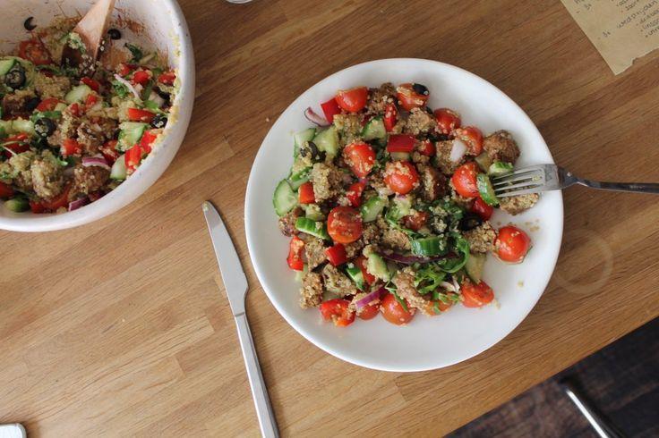 Quinoa maaltijd salade, Quinoa is super bekend om zijn gezonde voordelen en de hoge superfood waarde. Ik probeerde dus laatst het recept van Naomi (@Myfitfoodkitchen) waarbij ze de quinoa door een salade gooide, dat vond ik zo'n goed idee dat ik er mijn eigen draai aan heb gegeven en tadaaa! Hier is het receptje voor jullie.
