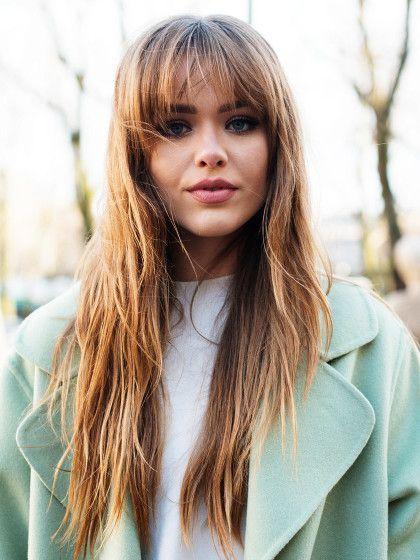 Ein voller Fransen-Pony gibt dem überlangen Haar von Fashion Bloggerin Kristina Bazan wieder mehr Oberkopfvolumen.
