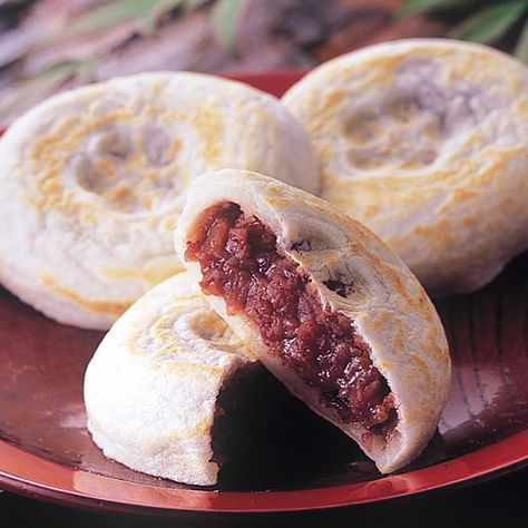 今回はとってもシンプルで、みんなが大好き「梅ヶ枝餅」の作り方をご紹介します。      梅ヶ枝餅は太宰府天満宮の銘菓で、   もちもちとした生地のなかに上品なあんこが詰まっており、   表面は香ばしく焼かれている、素朴でとてもおいしい伝統菓子です。      参照http://item.rakuten.co.jp/ippin-club     本当の梅ヶ枝餅は、もち粉を丹念に練って作り上げられますが、   おうちで作る梅ヶ枝餅は、白玉粉とお豆腐があればフライパンで焼くだけ。   簡単に作れますよ。     そして、自分で作るから、とにかく焼きたてが最高!   カリッ、もちっ、あつあつを食べると、   「もう買わなくていいかも。」って思うくらい!      ノンオイルでグルテンフリーで、栄養価も高い優秀なおやつ。   前回紹介した「デーツあんこ」をはさめば、ノンシュガーのスイーツに。   子供にとっても、大人にとっても、うれしいですね。          【ほんとに簡単!小豆の炊き方。ノンシュガー「デーツあんこ」】…