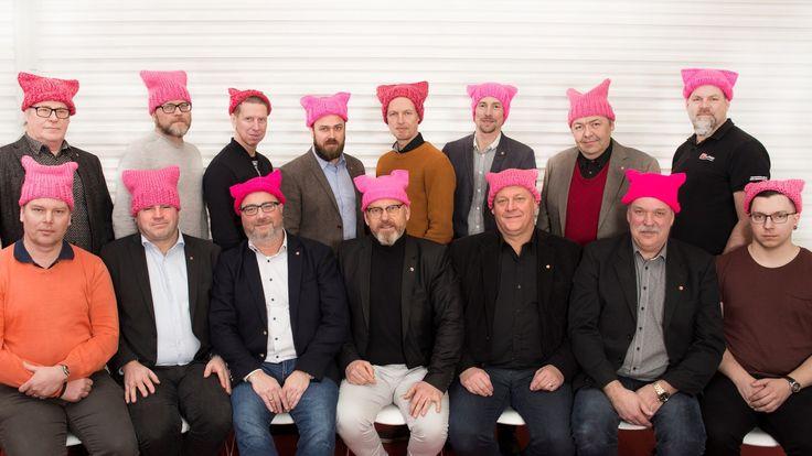 Idag på den internationella kvinnodagen kommer styrelsen i Byggnadsarbetarförbundet att bära en särskild huvudbonad –Pussy hats.