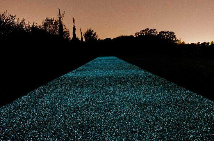 Innovación británica PAVIMENTO DE CARRETERAS QUE SE ILUMINA EN LA OSCURIDAD SIN NECESIDAD DE UNA FUENTE DE ELECTRICIDAD. Material, denominado Starpath, absorbe la energía solar durante el día y se ilumina durante la noche. Puede utilizarse en cualquier superficie resiste a la lluvia, el viento y además es antideslizante. Un gran invento que ahorraría energía en cuanto a iluminación se refiere y evitaría numerosos accidentes viales. http://www.pro-teqsurfacing.com/