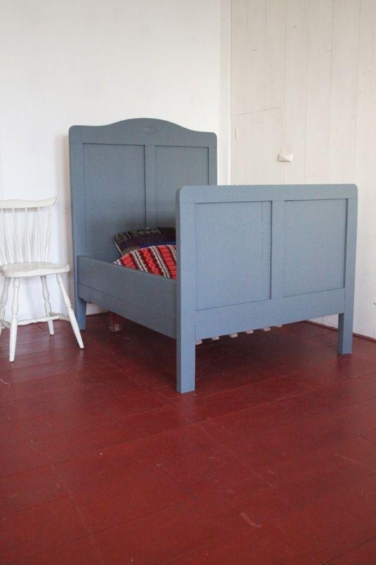Antiek blauw Zweeds kinder-meegroei-bed | Bedden | Rosa Rugosa