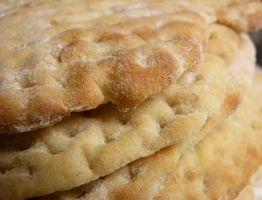 Recept På Mjukt Tunnbröd. Enkelt och gott. Traditionellt gräddas tunnbröd i vedeldad ugn, men i vårt moderna samhälle är detta något exotiskt, som är få förunnat. Det näst bästa är att baka på en elektrisk stenhäll, men de är dyra. Men man kan trösta sig med att det går riktigt bra att baka i vanlig ugn också. Tänk bara på att hålla hög värme och att brödet ska läggas in på en varm plåt. Använd gärna en brödspade av trä, för detta ändamål.