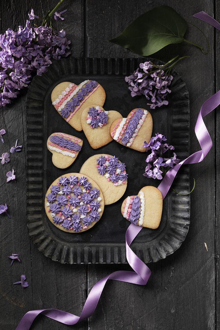 Pipe on biscuits www.pandurohobby.com Sweets by Panduro  #sweets #DIY #decorating #cookies #kakor #kristyr