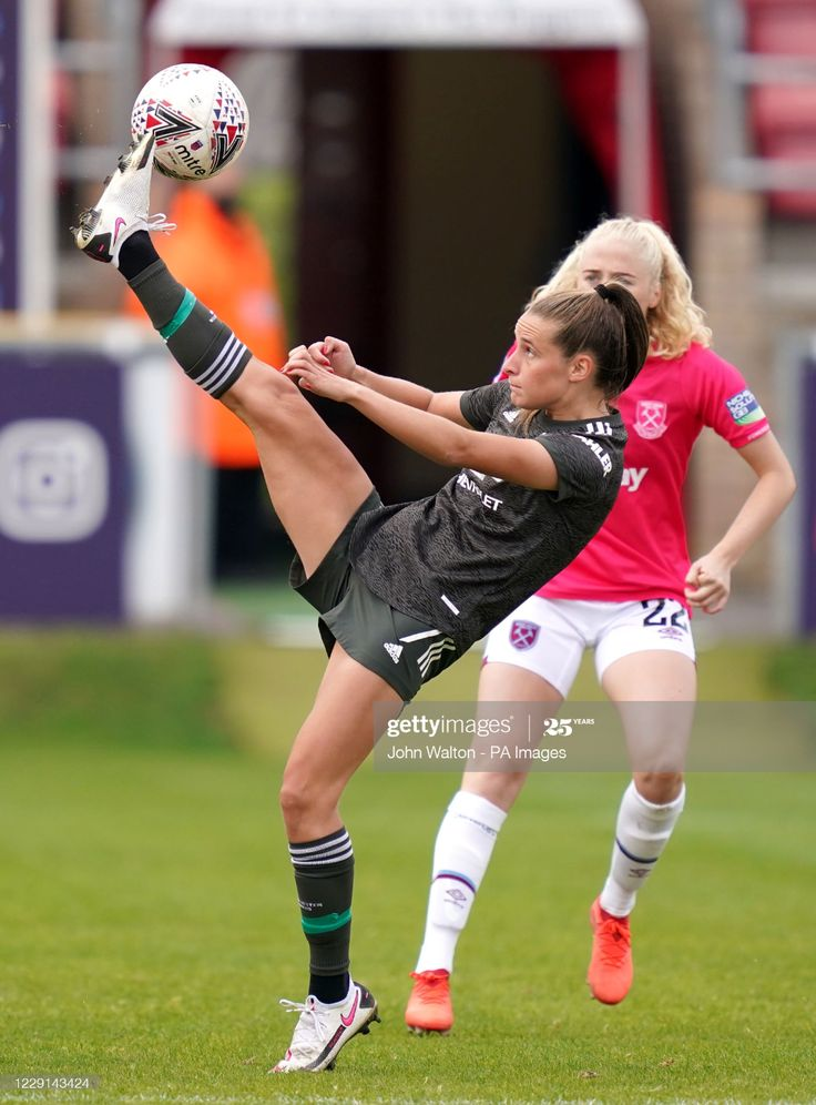 Manchester United S Ella Toone Controls The Ball During The Fa Manchester United Female Soccer Players Football Girls