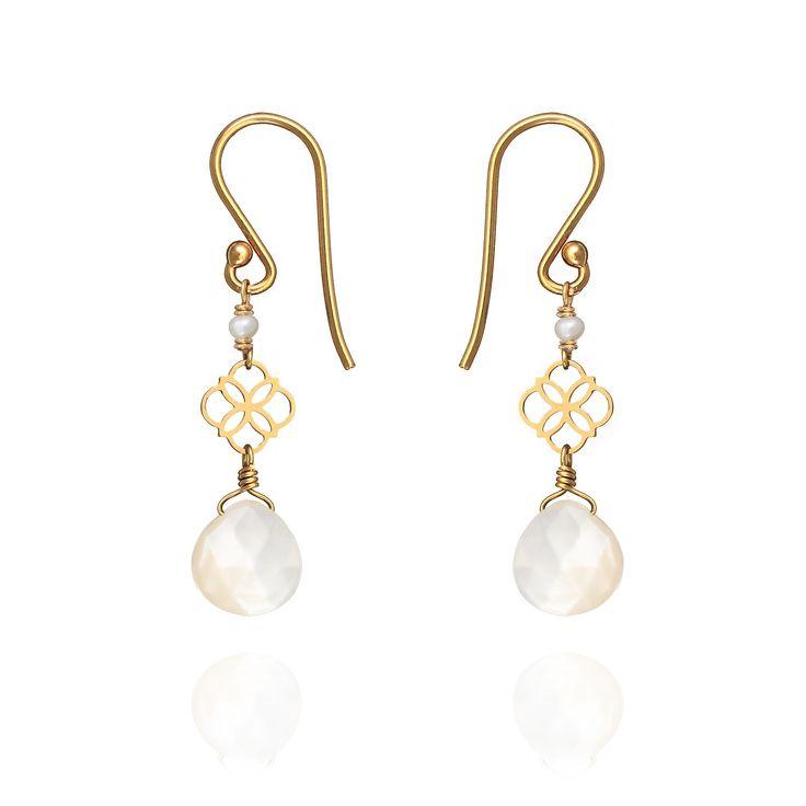 La subtile combinaison du motif Daisy, de la Nacre et des Perles sur Or 18ct. #daisyearrings #perledelune - Daisy Drop Earrings - ref : NDES 00Y