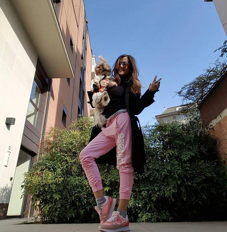 #GiorgiaPalmas Giorgia Palmas: Ma il cielo è sempre più bluuuuuu  Buona giornata!!! #haveaniceday #me #giorgiapalmas #pink #shoes @lottosport #pink #pants @happinessbrand