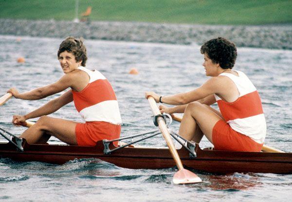 Cheryl Howard et Bev Cameron du Canada participent à l'épreuve du deux d'aviron aux Jeux olympiques de Montréal de 1976. (Photo PC/AOC)