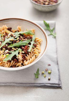 Pyszne, proste i zdrowe danie inspirowane kuchnią sycylijską. W roli głównej suszone pomidory, rukola, pistacje i migdały.