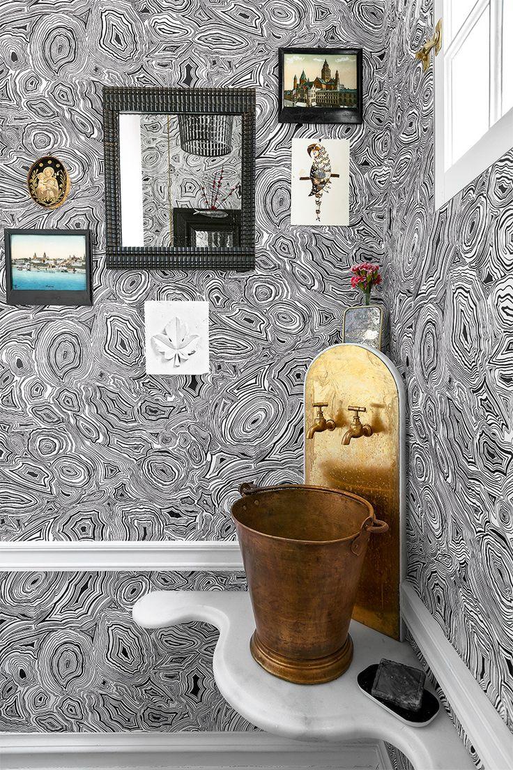 papel Malachite de Piero Fornasetti, en Cole & Son. El lavabo es un cubo indio antiguo con grifos de jardín. En la pared, espejo portugués y esmaltes franceses Napoleón III.