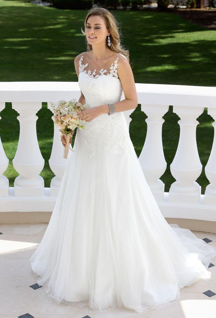 Ladybird 417003, collectie 2017 Prachtig deze trouwjurk met een lijfje van kant en een wijde rok met sleep van zachte tule. Het transparante kant aan de bovenzijde van het lijfje heeft een boothals en is op de rug fraai bezet met kantapplicaties.