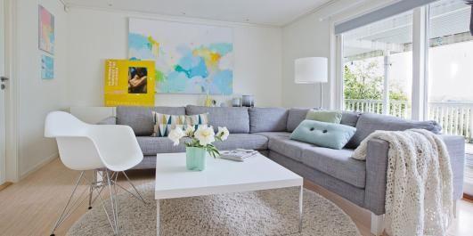 GUTTENES TERRITORIUM: I TV-stuen får guttene lov til å herje. Tone har malt alle bildene selv. På det gule bildet er det festet et fotografi av moren hennes. Pyntegjenstandene er fra Ferm Living og Kähler.