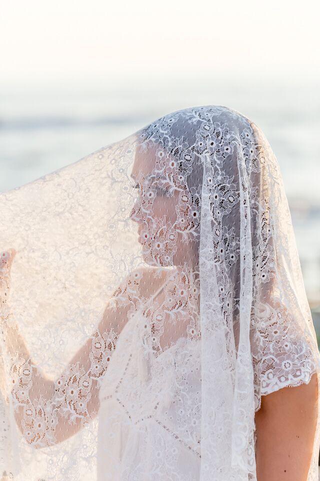 Beautiful lace veil | Por Magia Photography