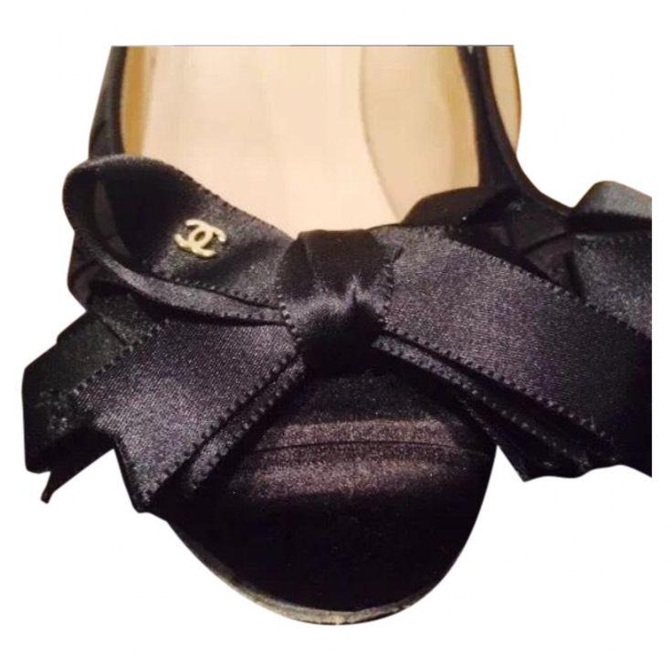 Beau escarpin chanel avec nœud Taille 35 Toile double cuir Très bon état juste le talon un peu abimé s l arrière