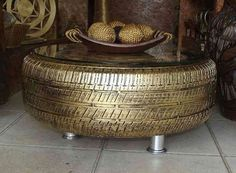 Pneu réutilisé en table basse dorée pour le café