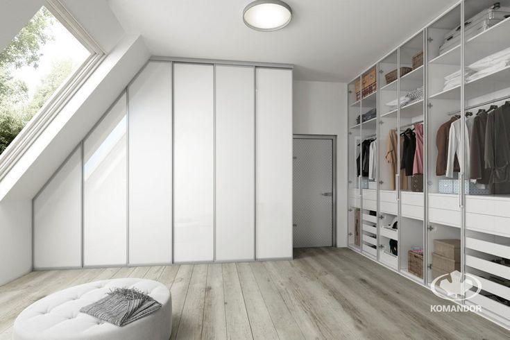 Biała szafa na wymiar w garderobie na poddaszu