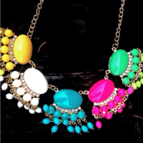 A pop of colour always does the trick #necklace #statementnecklace #accessories #jewelry